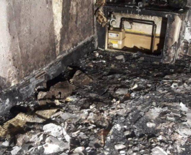 Incendia su casa por accidente al pedir matrimonio a su novia con cientos de vela encendidas