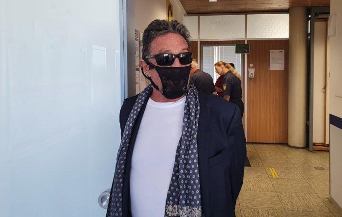 El creador de los antivirus McAfee, arrestado por llevar un tanga por mascarilla