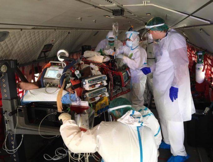 Las impresionantes imágenes del traslado en avión del ejército de una menor con coronavirus