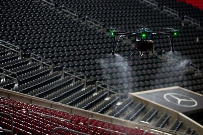 Drones y robots que usan luz ultravioleta para desinfectar los estadios