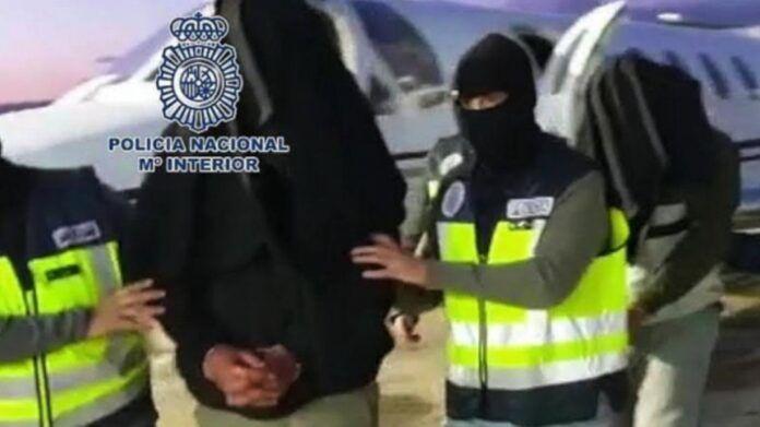 Agentes de la Policía Nacional trasladan a uno de los yihadistas detenidos