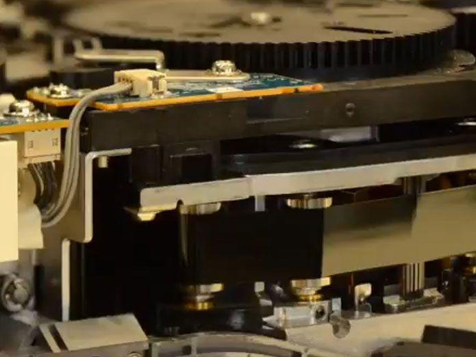 Prototipo de cinta magnética desarrollado por IBM u Fujifilms que cabe en la palma de la mano