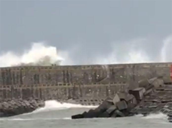 Un joven fue arrastrado por una ola mientras corría y cayó al dique. El vídeo muestra lo ocurrido.