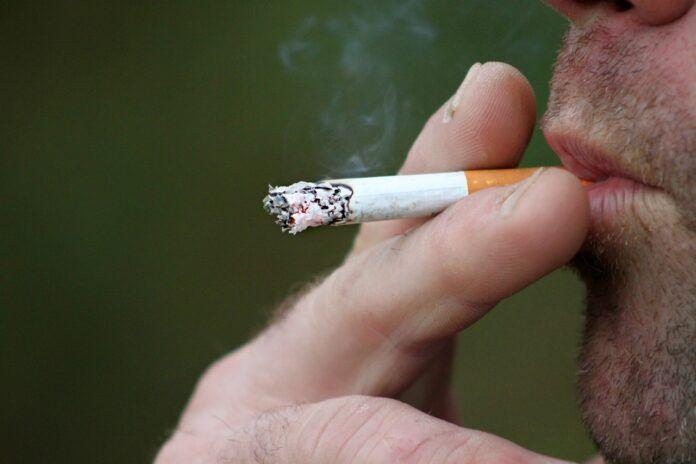 Fumador - Hombre fumando un cigarrillo
