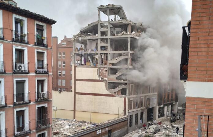 Una fuerte explosión derriba parte de un edificio de la calle Toledo de Madrid
