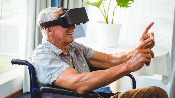 Imagen de Telefónica de un hombre en silla de ruedas con unas gafas de realidad virtual
