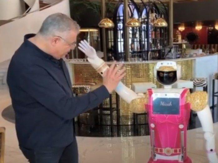 Robots recepcionistas y botones para combatir el Covid en un hotel de Sudáfrica