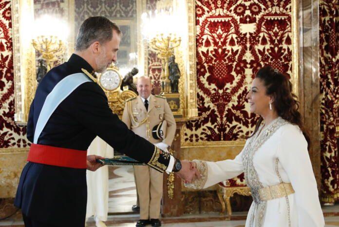 La embajadora de Marruecos en España Karima Benyaich y Felipe VI