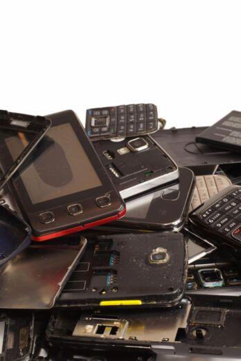 móviles viejos apilados
