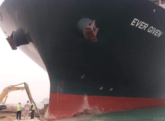 El buque portacontenedores Ever Given encallado en el Canal de Suez