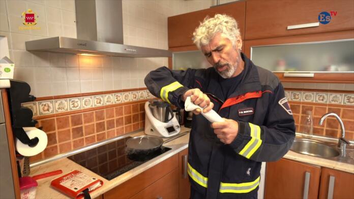 Cómo actuar ante un incendio en la cocina. Videoconsejos de los bomberos
