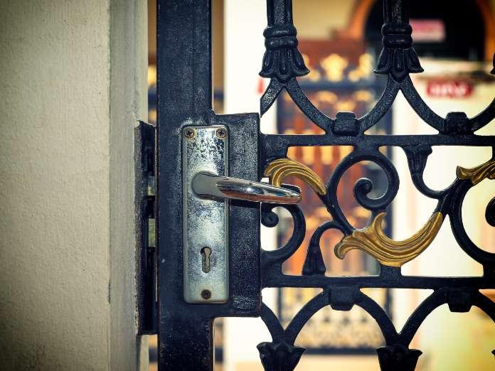 Cobran hasta 519 euros por abrir una puerta con una tarjeta en Asturias