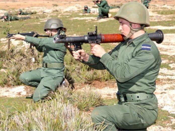 Mujer con el casco al revés en el Ejército marroquí. Marruecos se rearma.