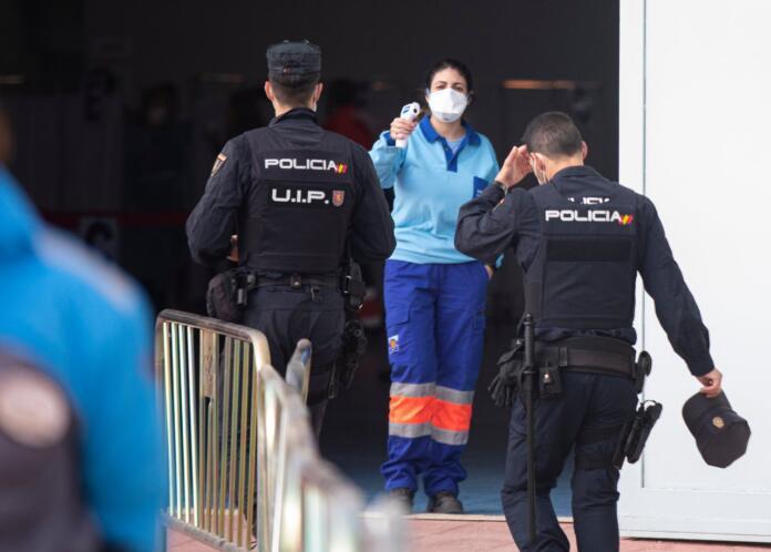 Los miembros de las fuerzas de seguridad que hayan pasado el coronavirus no recibirán una segunda dosis en Madrid