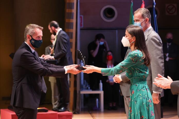 El presidente de Indra, Marc Murtra, recoge de las manos de la Reina Leticia y ante la mirada del Rey Felipe VI el Premio Nacional de Innovación 2020 otorgado a la tecnológica española. - INDRA