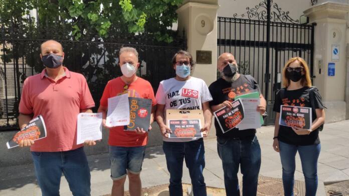 Los representantes sindicales de Orange posan a la puerta de la Embajada de Francia tras entregar una carta de protesta por el Ere al Embajador