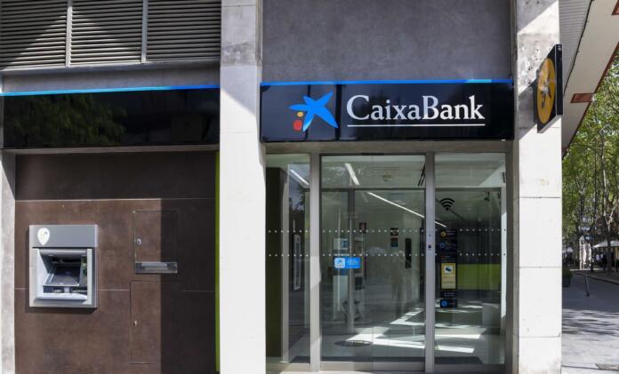 Cambio de la rotulación en una oficina de Bankia, ahora de CaixaBank. CAIXABANK 24/6/2021
