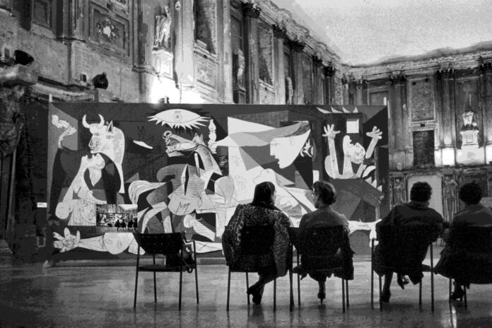 Instalación de la exposición Pablo Picasso en el Palazzo Reale, Milán, 1953 ITALY, Milan, Palazzo Reale, 1953, PICASSO exhibition, ©Rene Burri/Magnum Photos © Sucesión Pablo Picasso, VEGAP, Madrid 2017