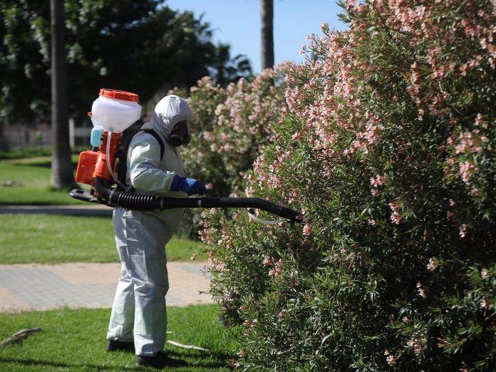 UUn operario fumigando para prevenir la propagación de la Fiebre del Nilo por medio de los mosquitos.