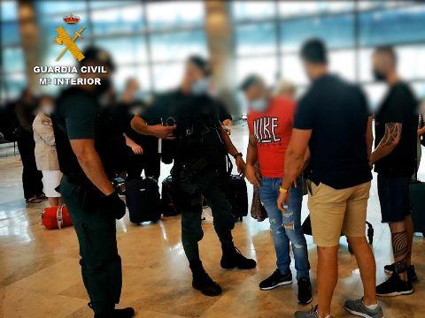El momento de la detención en El Aeropuerto Adolfo Suárez Madrid Barajas de uno de los asesinos que se disponía a huir. Atrropelló a un amigo para cobrar seguro de vida.