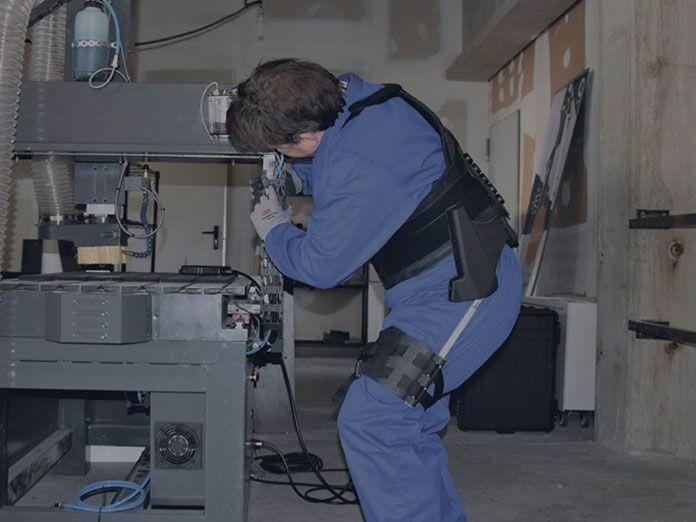 """Exoequeleto diseñado por la empresa vizcaína Cyber Human Systems.. La 'startup' vasca Cyber Human Systems ha lanzado una gama de exoesqueletos ligeros, con un peso desde 0,8 kilos, para su uso en la industria. Los dispositivos están diseñados para servir como ayuda a los trabajadores y reducir """"las lesiones típicas"""" en empleos que requieren esfuerzos o movimientos repetitivos. POLITICA CYBER HUMAN SYSTEMS"""