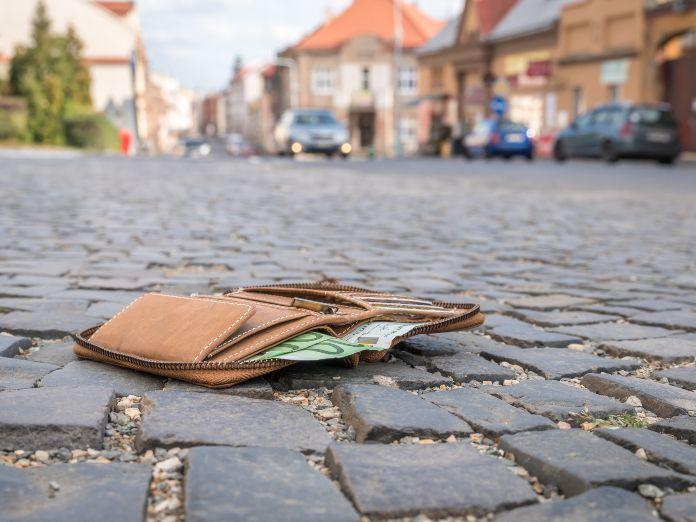 Puedes ir a la cárcel por quedarte con dinero encontrado en la calle