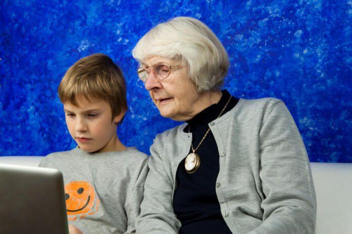 A los jóvenes les gusta ayudar a sus abuelos en Internet