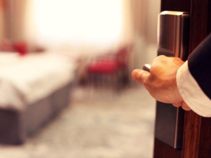 Cómo averiguar si te están espiando en un hotel