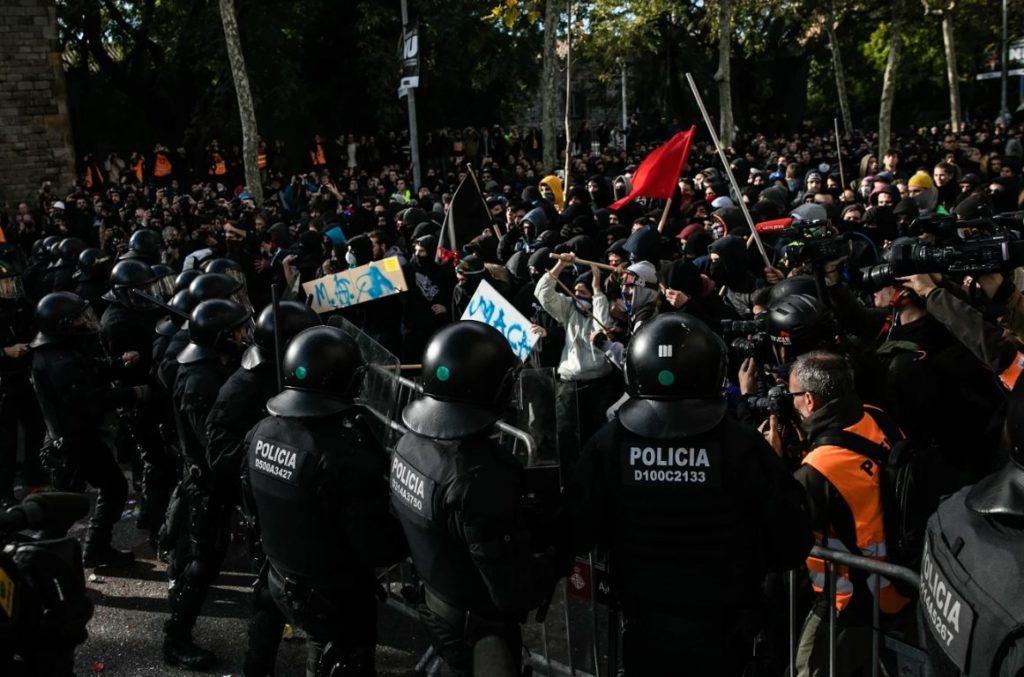 Mosos de Escuadra en una manifestación independentista