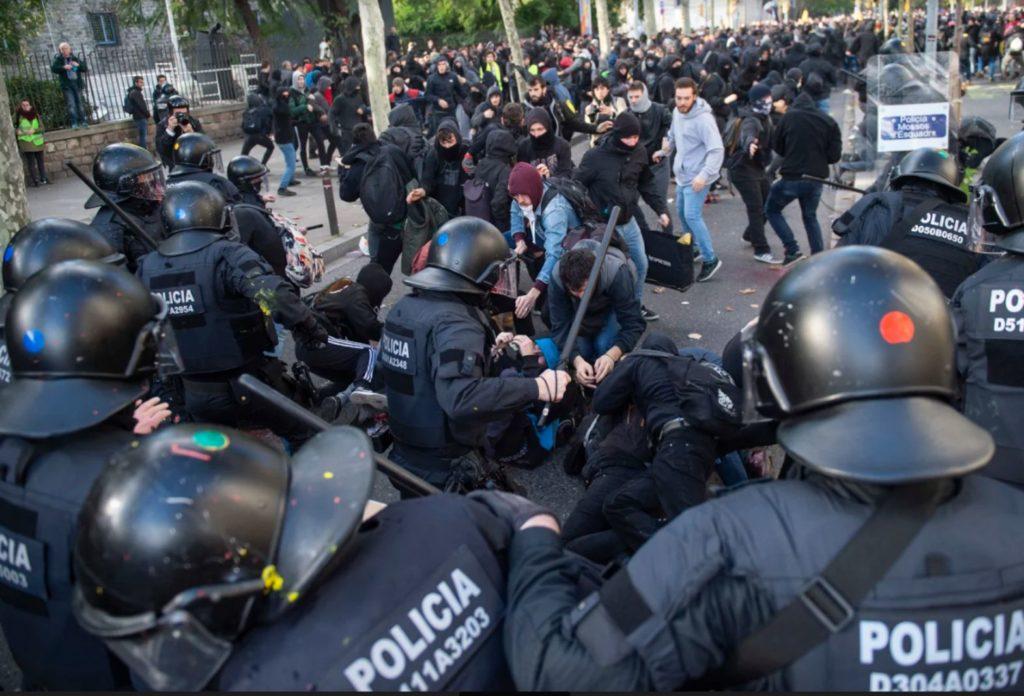 Los Mossos en una carga contra los manifestantes