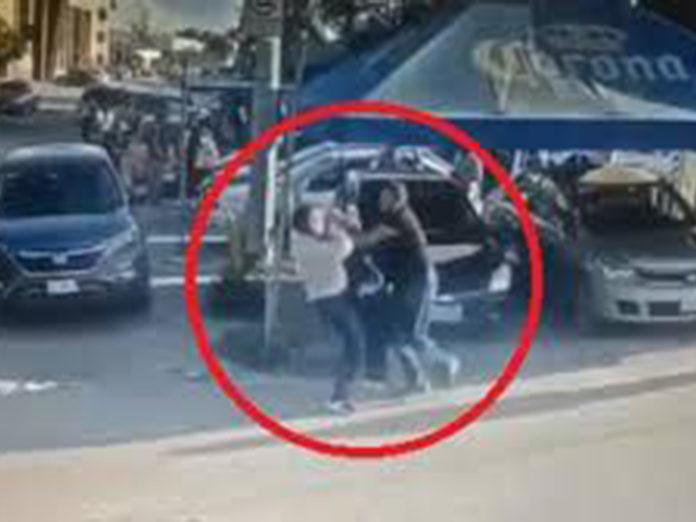 El vídeo con las escalofriantes imágenes del hombre que apuñaló al presunto violador de su hija en plena calle de León, en Guanajuato México.