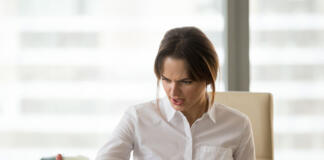 Obsesrvaciber mujeres más desconfiadas que los hombres