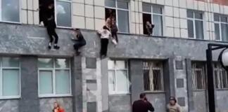 Varios alumnos saltando por las ventanas de la Universidad Estatal de Perm (Rusia) para huir de un tiroteo