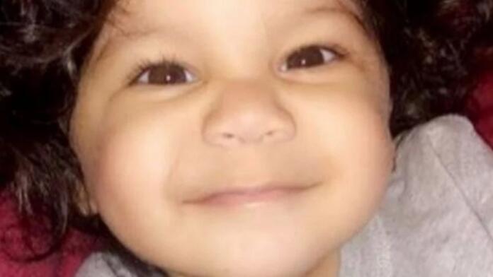 Daniel Galeas, niño fallecido al caerse por una ventana mientras saltaba en la cama. Foto de familia
